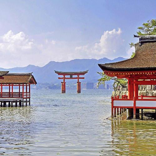 Japan - Tempel-Tor am Seeufer