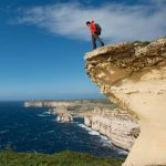 Malta Aktiv-Urlaub: Wanderer auf Klippe