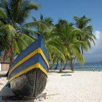 Fischerboot am Karibikstrand (Kolumbien)