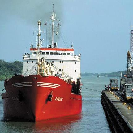 Schiff im Panamakanal