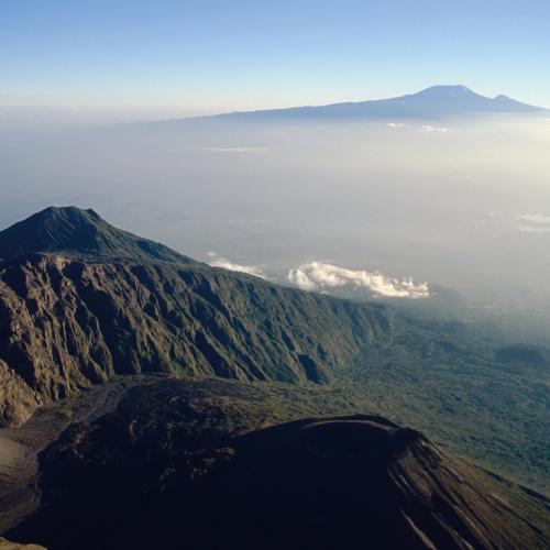 Blick vom Mt. Meru auf den Kilimanjaro